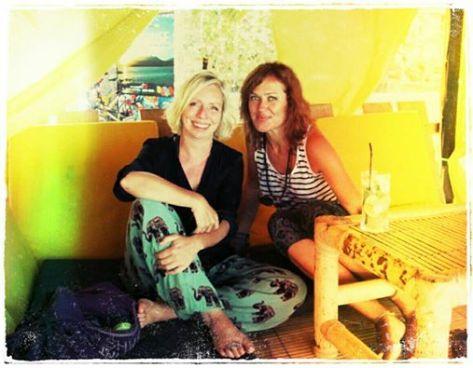 """Entspannt bei einem Zitronensaft mit Frederika - auch eine Weltreisende, die ich in Kathmandu traf und die mich auf die Idee brachte, den Kurs auf Gili Air zu buchen. Sie hat sich ein kleines Häuschen auf der Insel gemietet und wird für eine Weile dort bleiben - verständlich, Gili Air ist schon fast perfekt (das """"fast"""" ist den grossen schwarzen Spinnen gewidmet, die ich dort - glücklicherweise nur ausserhalb von Häusern – sah)."""