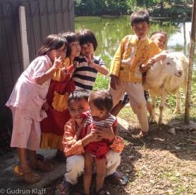Diese Ziege hatte kein langes Leben - morgens angeschafft, mittags Spielzeug für die Kinder, abends schon im Kochtopf...