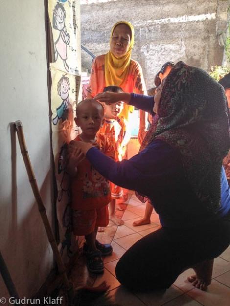 Monatliches Messen und Wiegen der Kinder