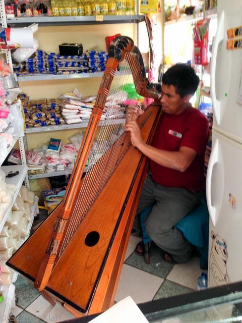 Ein schöner Moment in MP: Als Dank für Kauf von Wasser und Regenumhang erhielt ich ein Liedchen auf der Harfe
