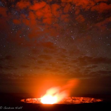 Eine wolkige Nacht - erst war ich enttäuscht, denn mit blossem Auge konnte man nur sehen, dass die Sterne schwach leuchteten in dieser Nacht, aber dann machte ich ein Bild mit langer Belichtungszeit und war sehr glücklich - die Wolken sind rot durch das Glühen der Lava innerhalb des Kraters.