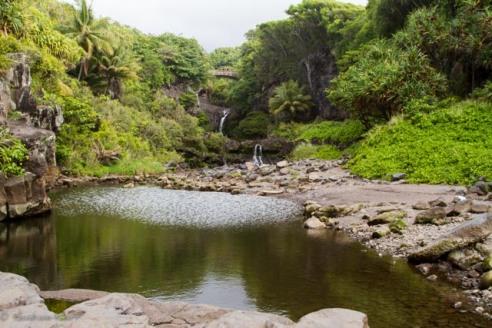 Natürliche Wasserbecken, in denen man schwimmen kann - hinter Hana.